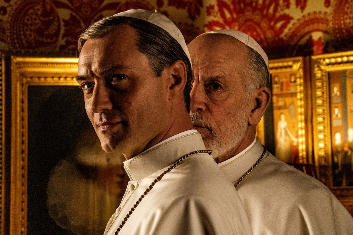 "Jude Law y John Malkovich en ""The New Pope""."