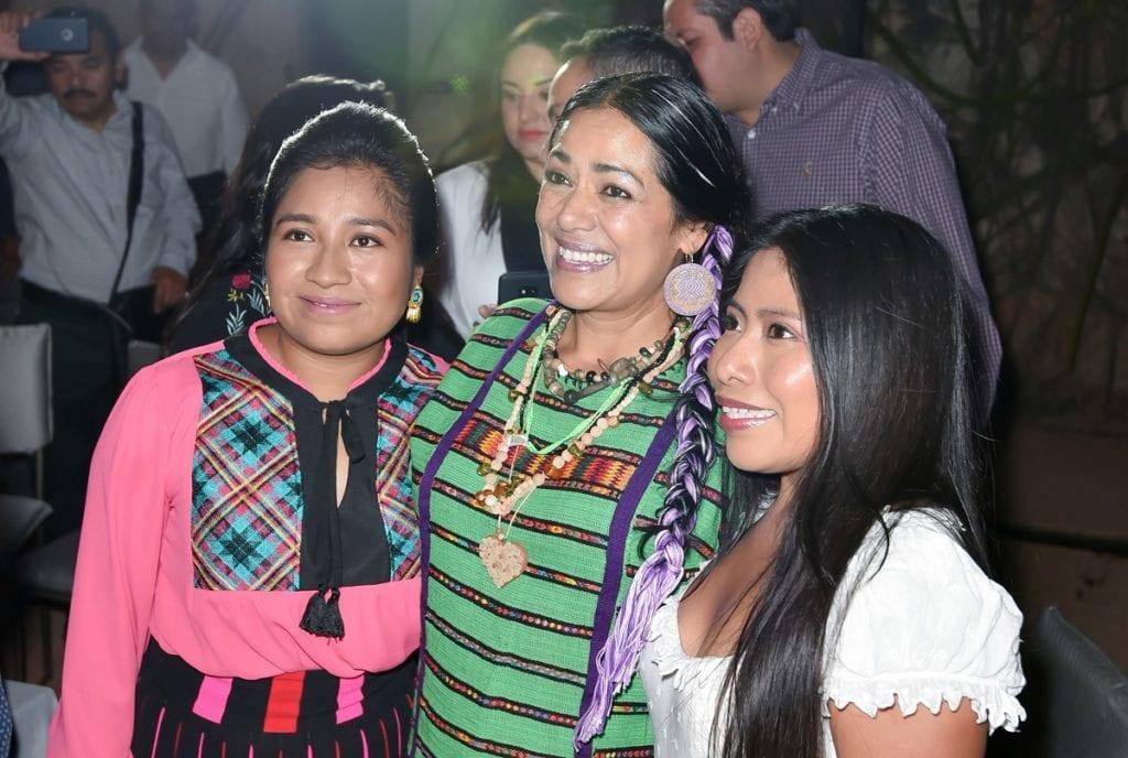 """90125078. Oaxaca, 25 Ene 2019 (Notimex-Vogue).- La actriz mexicana Nancy García, y la cantante Lila Downs, acompañaron a Yalitza Aparicio, nominada al Oscar por su trabajo en la película Roma, durante la cena que el gobierno del estado de Oaxaca le organizó en esta ciudad junto con la revista """"Vogue"""". NOTIMEX/FOTO/VOGUE/COR/ACE/MUJER17/"""