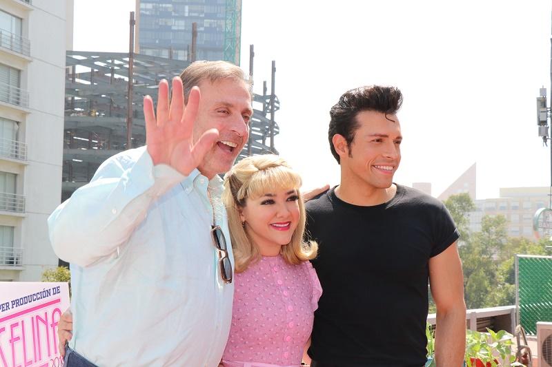 sherlyn con el productor Morris Gilbert y el actor Carlos Fonseca/ Foto: Cortesía Ocesa Teatro