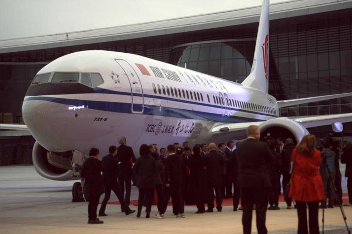 Un avión 737 es frenado en China, tras el accidente aéreo (EFE)