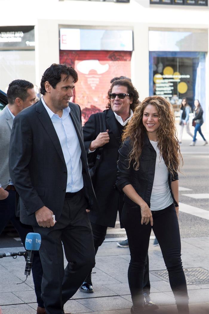 Carlos Vives y Shakira salen del juzgado/ Foto: EFE