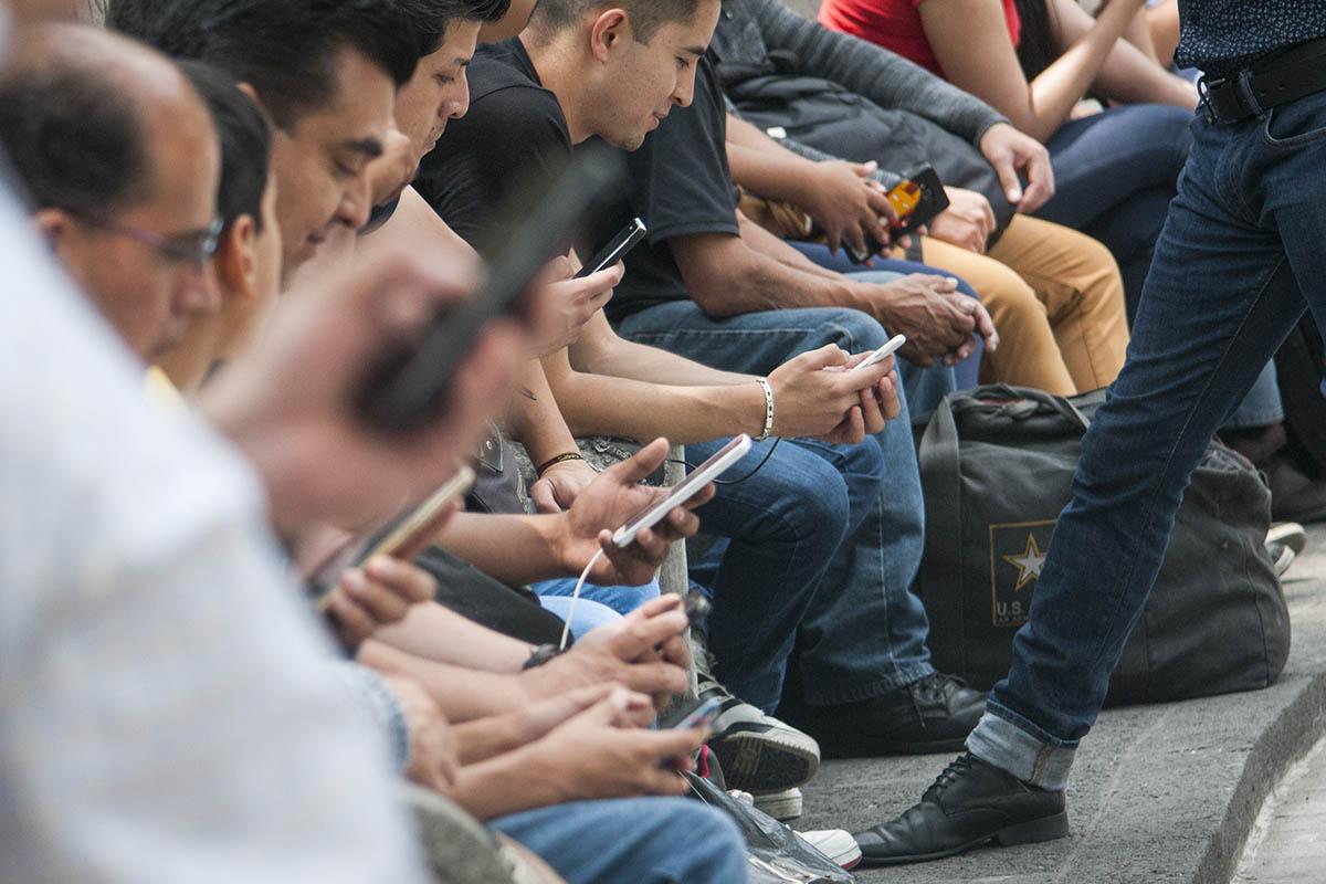 Internet, dispositivos celulares, WiFi, redes sociales, riesgos cibernéticos,