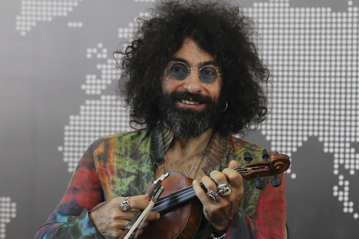 México, 29 May 2019 (Notimex-Oscar Ramírez).- Ara Malikian relató a Notimex que cuenta con una vasta colección de violines, incluso algunos de 300 años de edad, pero tiene uno especial, el que lo acompaña durante sus conciertos importantes. Data de 1924, fue de su abuelo y se lo obsequió su padre cuando él tenía 15 años. NOTIMEX/FOTO/OSCAR RAMÍREZ/ORM/ACE/