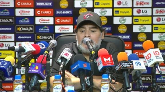 Maradona e conferencia. Foto: Twitter