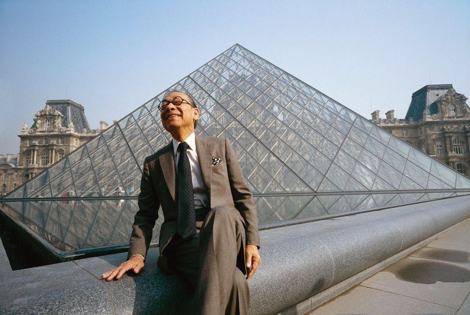 I.M. Pei frente a una de sus creaciones, la pirámide de cristal del Museo de Louvre, en París