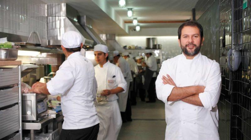 Chef Enrique Olvera en la cocina del Pujol
