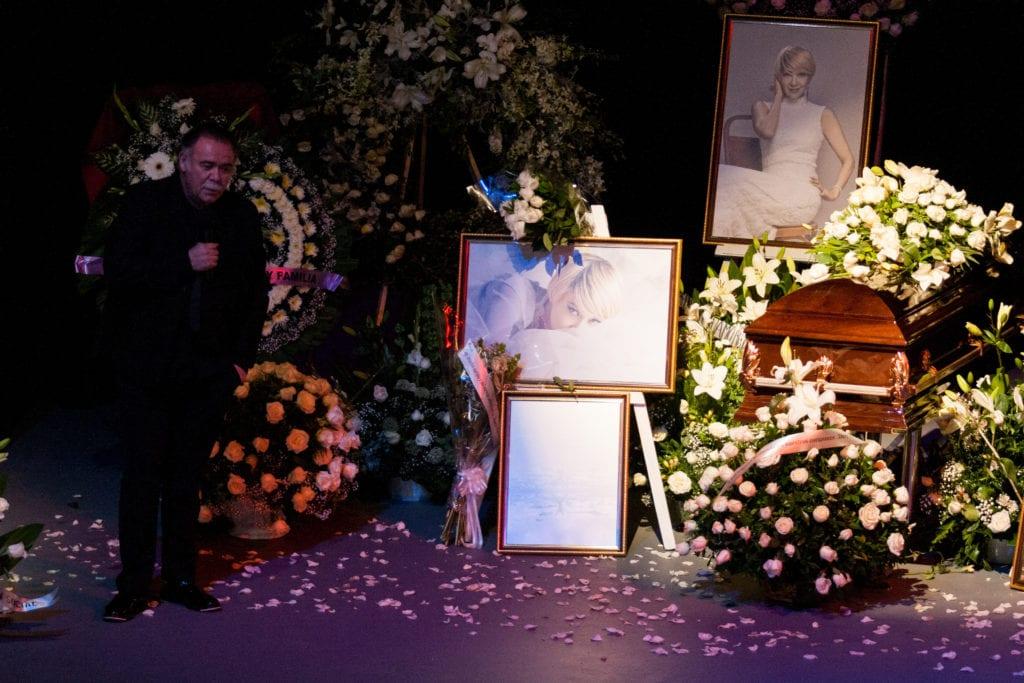 CIUDAD DE MÉXICO, 14JUNIO2019.- Con un homenaje en la Asociación Nacional de Actores (ANDA) fue despedida la actriz Edith González, quién falleció de cáncer el día de ayer. Familiares, amigos y público en general acudieron al recinto para darle el último adiós a quién fuese actriz de novelas y la obra Aventurera. En la imagen, Jesús Ochoa, presidente de la ANDA.  FOTO: GALO CAÑAS /CUARTOSCURO.COM