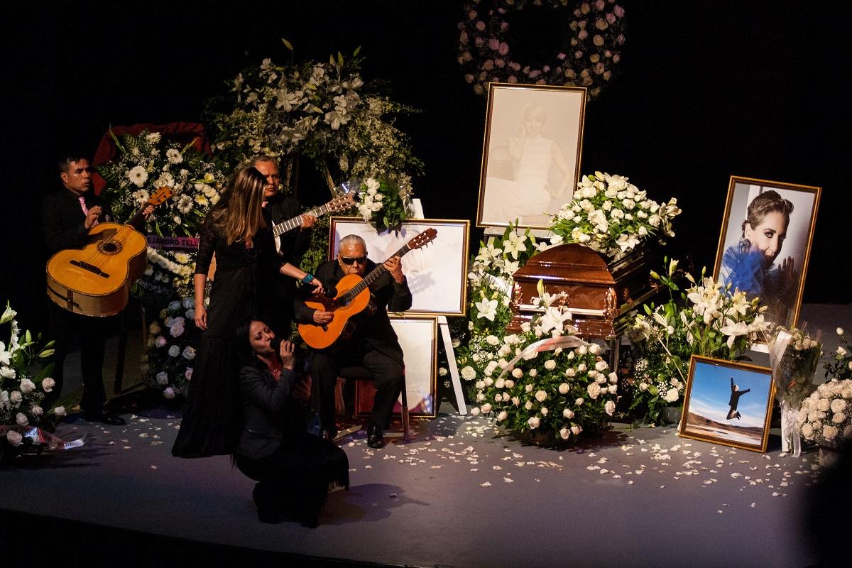 CIUDAD DE MÉXICO, 14JUNIO2019.- Con un homenaje en la Asociación Nacional de Actores (ANDA) fue despedida la actriz Edith González, quién falleció de cáncer el día de ayer. Familiares, amigos y público en general acudieron al recinto para darle el último adiós a quién fuese actriz de novelas y la obra Aventurera. FOTO: GALO CAÑAS /CUARTOSCURO.COM