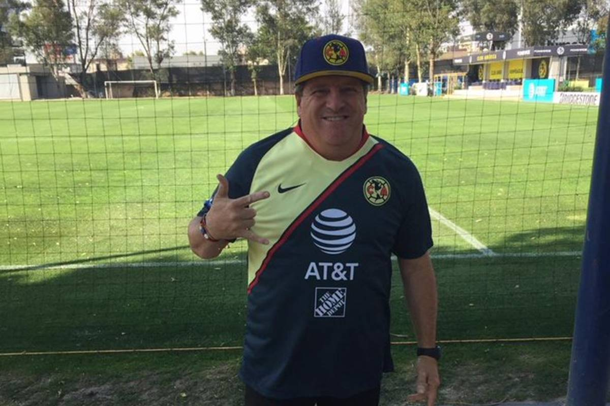 Miguel Herrera se olvidó de Peralta . Foto: Twitter