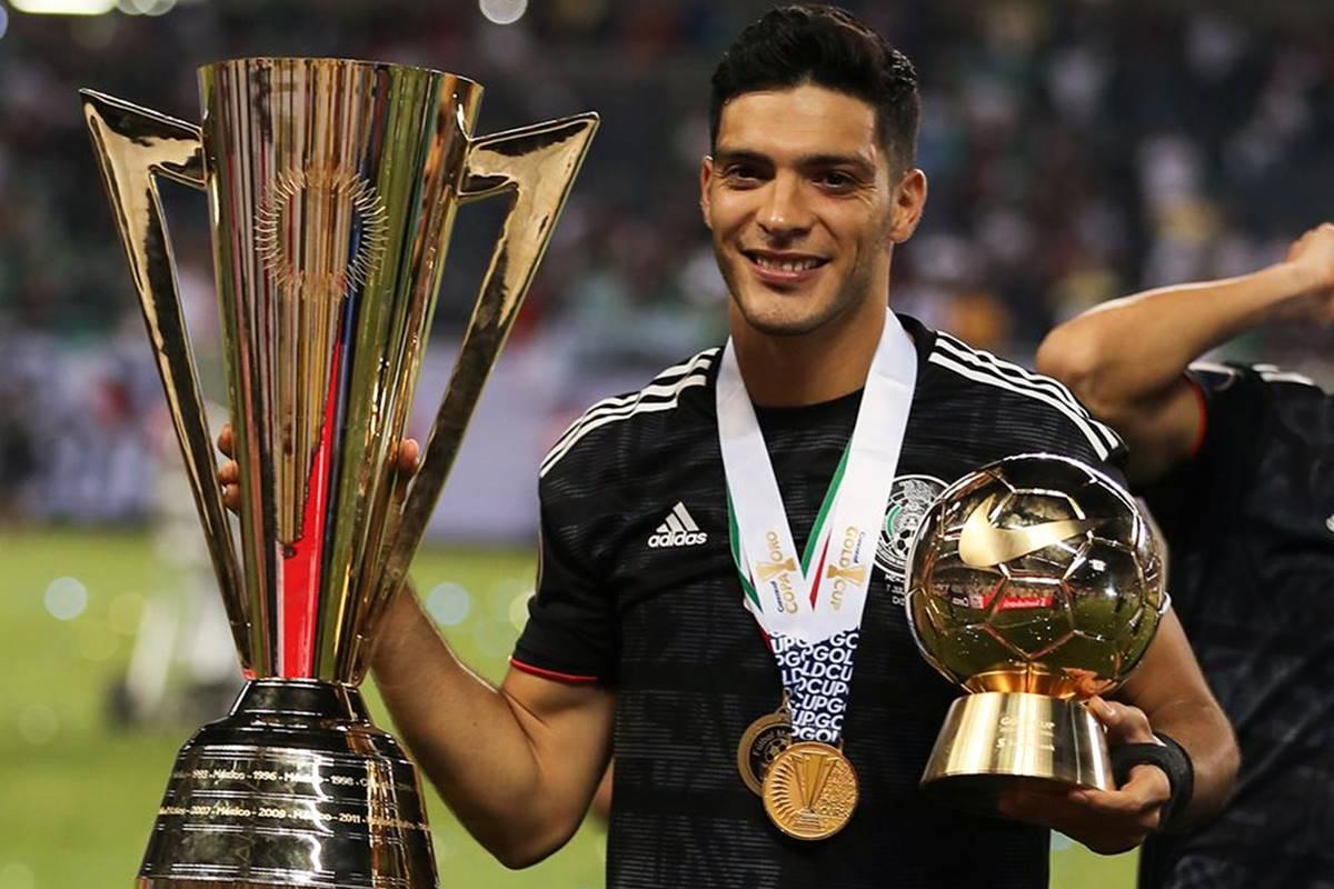 Raúl Jiménez recibió trofeo. Foto: Twitter