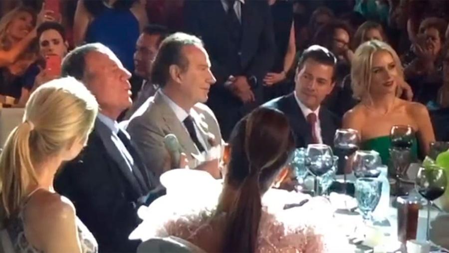 El abogado Juan Collado, el ex presidente Enrique Peña Nieto, su novia Tania Ruiz, y el cantante Julio Iglesias, en la boda de Mar Collado.