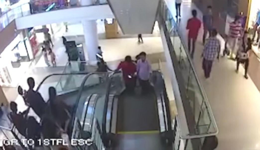 Niño, escaleras eléctricas
