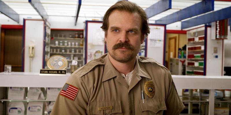 David Harbour en el papel del jefe de la policía de Hawkins, Jim Hopper