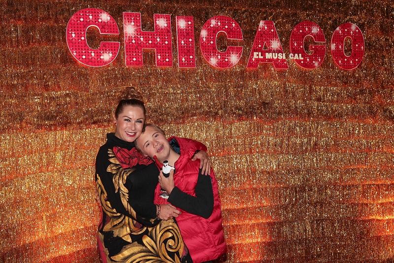 """91016218. México, 16 Oct 2019 (Notimex-Isaías Hernández).- Alfombra roja de """"Chicago, el musical"""", protagonizado por Biby Gaytán y María León, en el Teatro Telcel de la capital. Ciudad de México, 16 de octubre de 2019. En la imagen, Leticia Calderon y su hijo. NOTIMEX/FOTO/ISAÍAS HERNÁNDEZ/IHH/ACE/"""