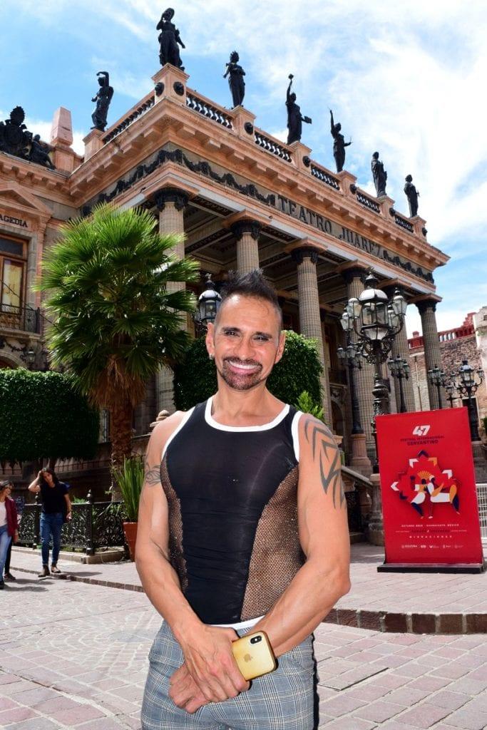 El destacado flautista Horacio Franco camina en las calles de Guanajuato, después de presentarse en el Museo Iconográfico del Quijote, en el marco del Festival Internacional Cervantino FIC. (Foto: Rafael Montero/DAMMPHOTO)