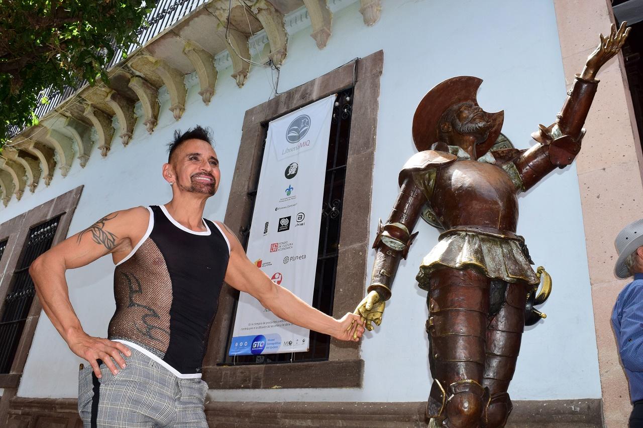 El destacado flautista Horacio Franco camina en las calles de Guanajuato, después de presentarse en el Museo Iconográfico del Quijote, con un programa de música clásica, popular y tradicional, en el marco del Festival Internacional Cervantino FIC. (Foto: Rafael Montero/DAMMPHOTO)