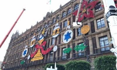 Colocan adornos y alumbrado navideño en el Zócalo capitalino