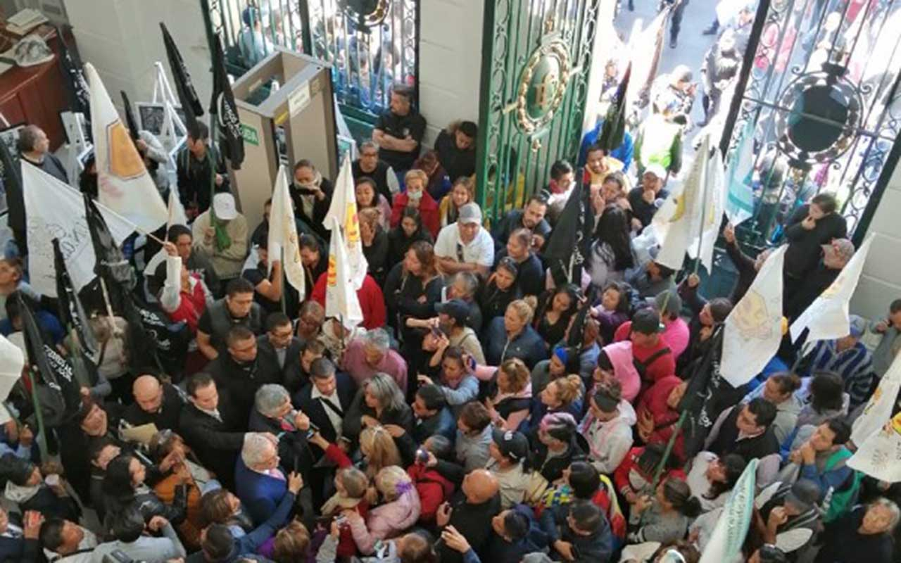 Con sillas, diputados se defienden de 'portazo' en Congreso capitalino