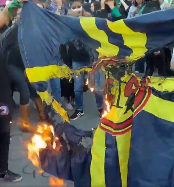 Feministas queman bandera del América