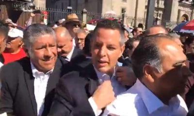 Entre empujones ingresan invitados de López Obrador