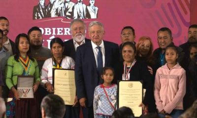 Obtilia recibe el premio en Palacio Nacional (Cuartoscuro)