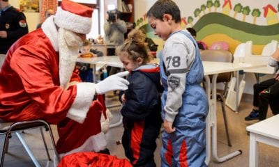 Santa Claus taxista recolecta juguetes para niños pobres en México