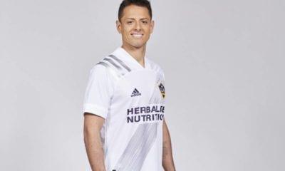 Chicharito luce la playera del Galaxy. Foto Los Ángeles Times