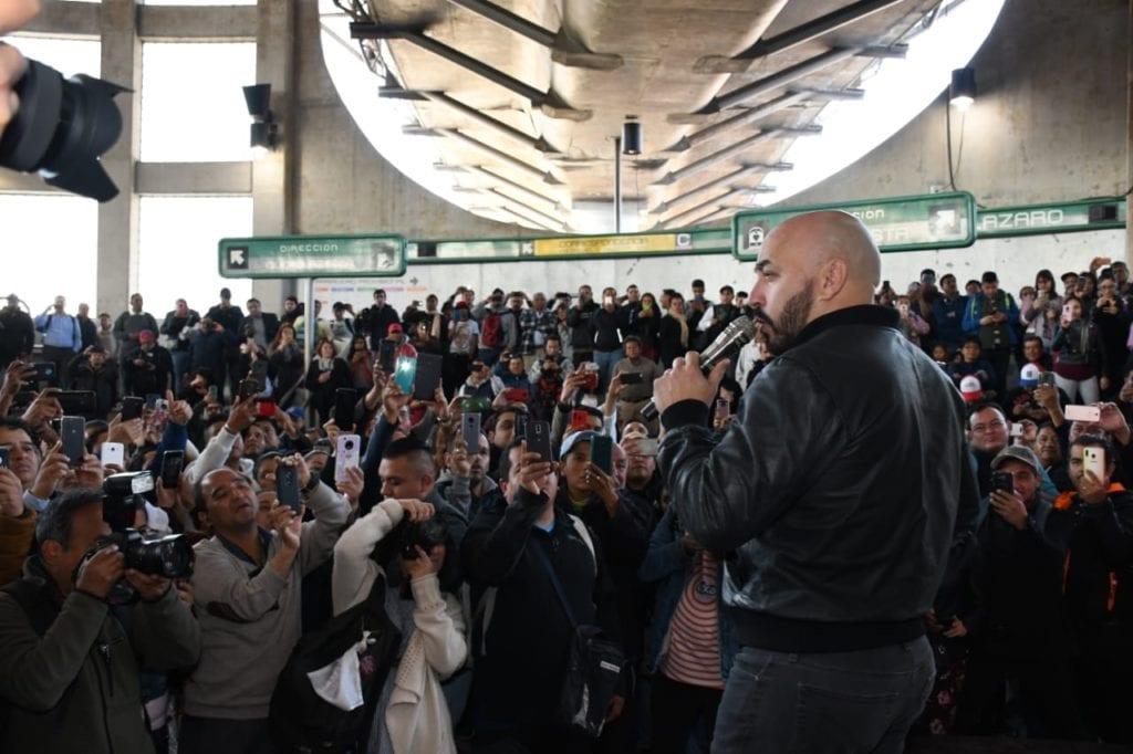 Lupillo Rivera llega a la estación del Metro San Lázaro