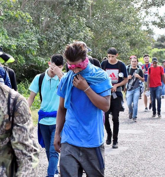 Caravana migrante desafía leyes migratorias y se acerca a México