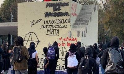 Encapuchados protestan en Rectoría por muerte de alumno