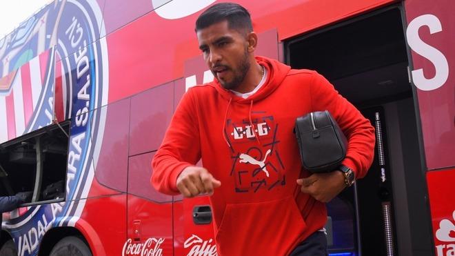Jugador de Chivas pierde la cabeza y encara a aficionado
