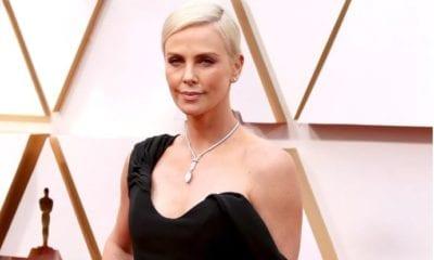 Charlize Theron en la alfombra del Oscar