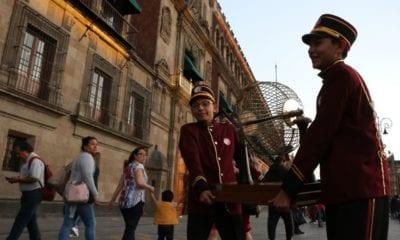 Empresario compra billetes de rifa para distribuirlos en zonas indígenas