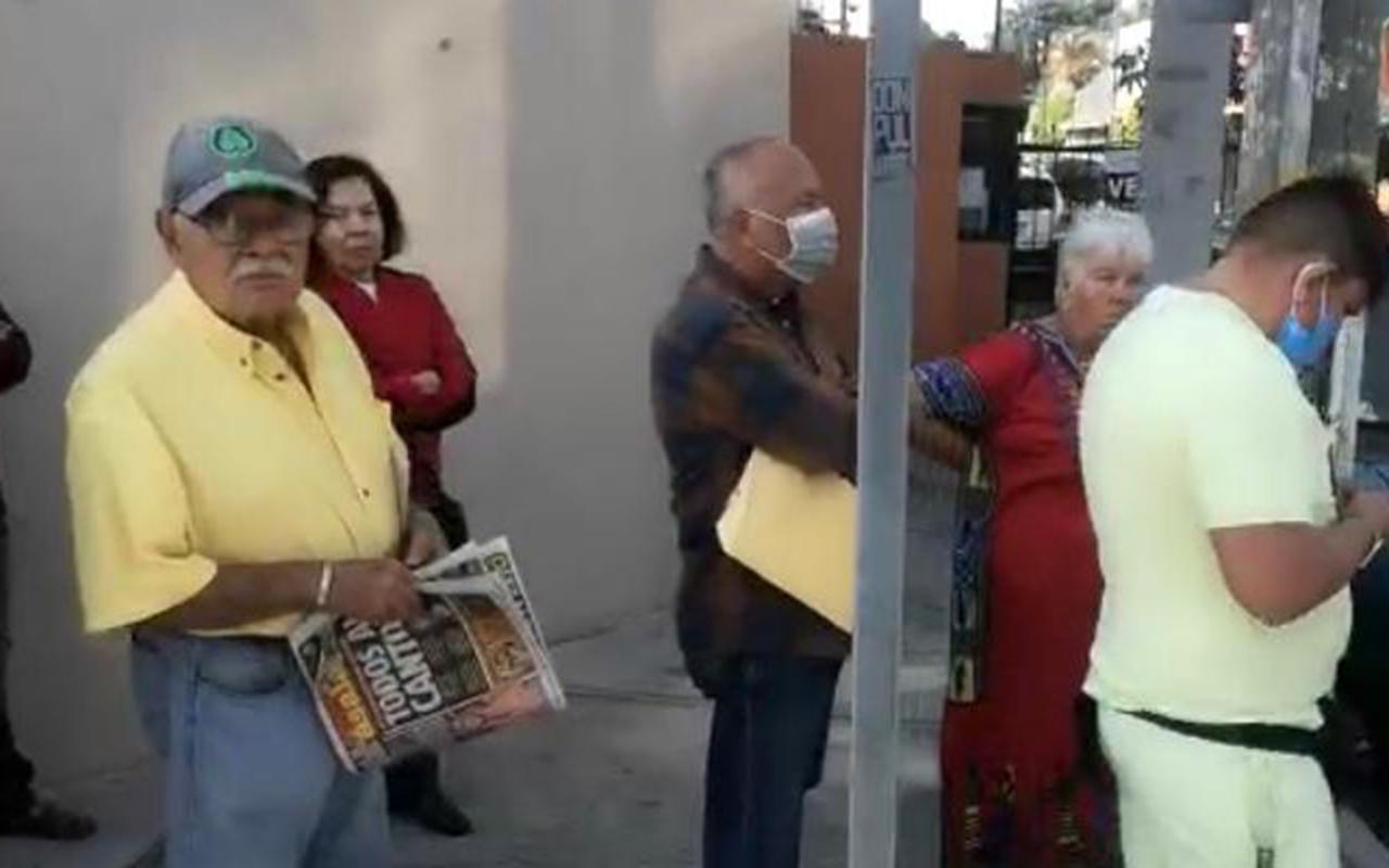 Adultos mayores hacen largas filas para cobrar su pensión