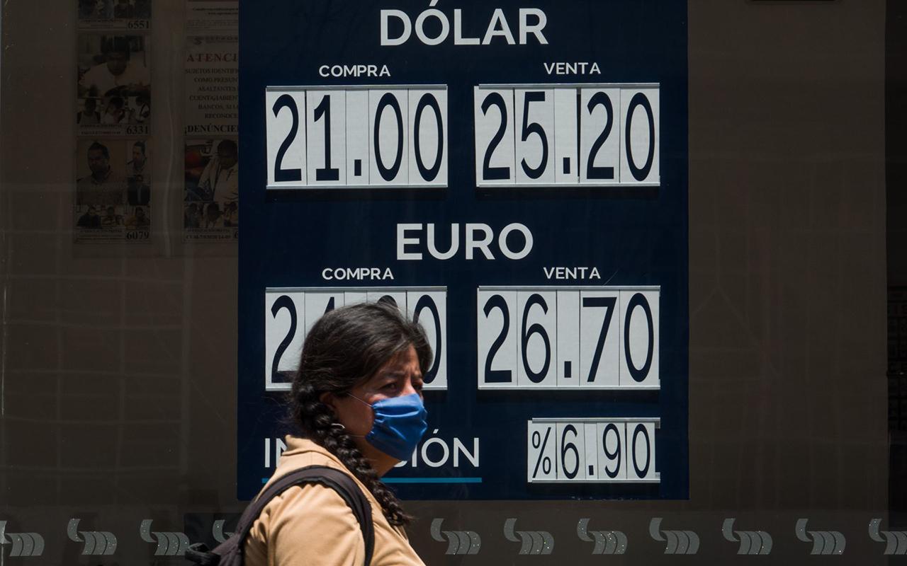 Dólar cierra en un histórico 25.68 pesos