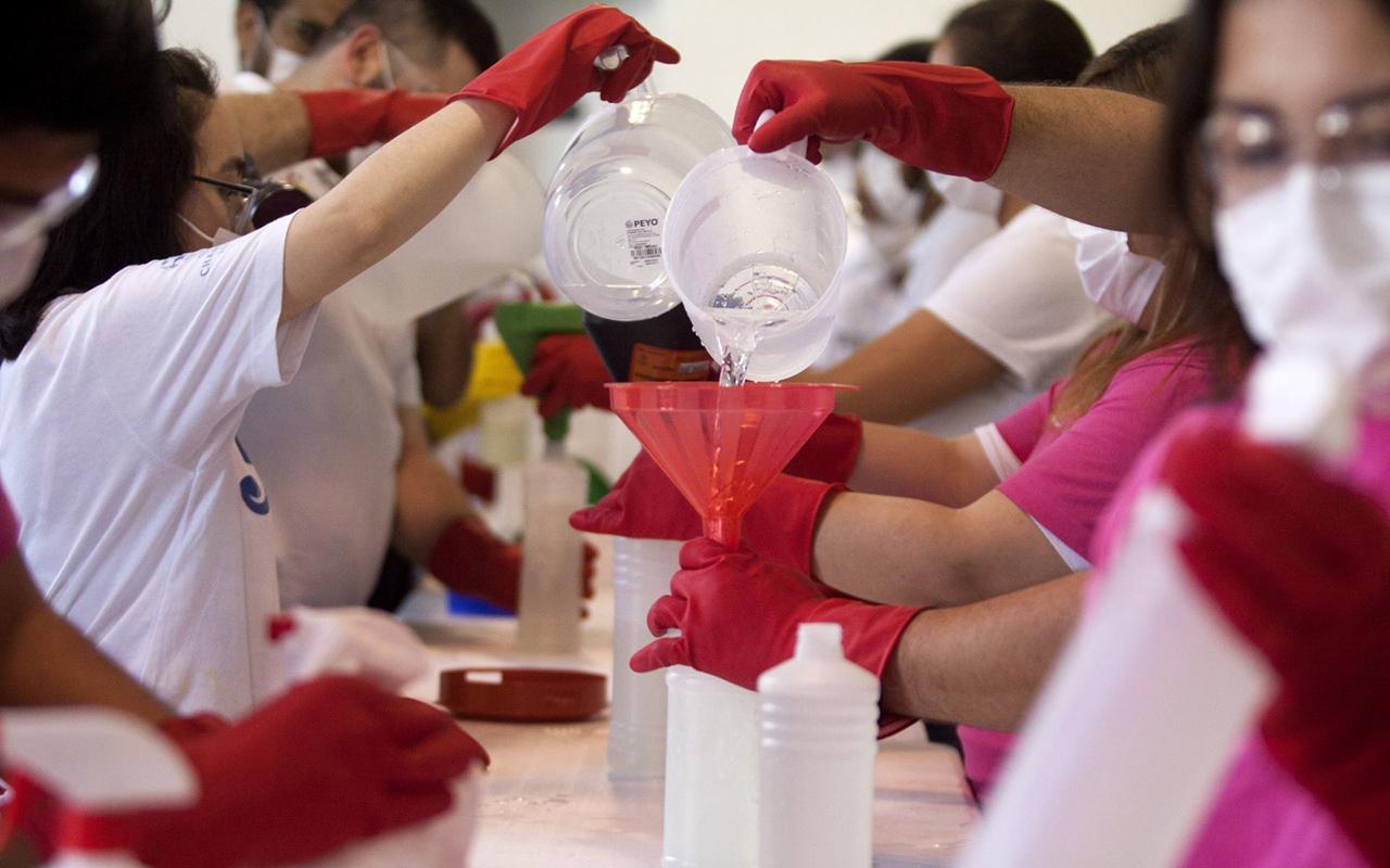 Así puedes hacer gel antibacterial y cubrebocas en casa