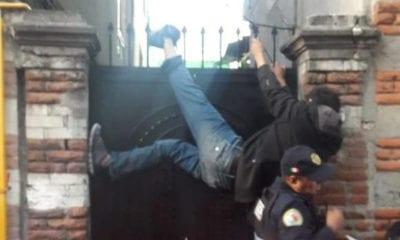 Ladrón se atora en puerta tras robar una plancha