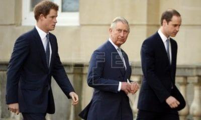 El principe Carlos con sus hijos