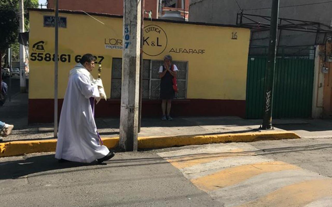 Así recorrió un sacerdote calles de la CDMX con el Santísimo Sacramento