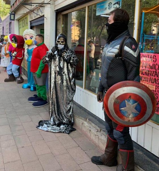 """Artistas urbanos, """"botargeros"""" y débiles visuales que trabajan en la calle Madero"""