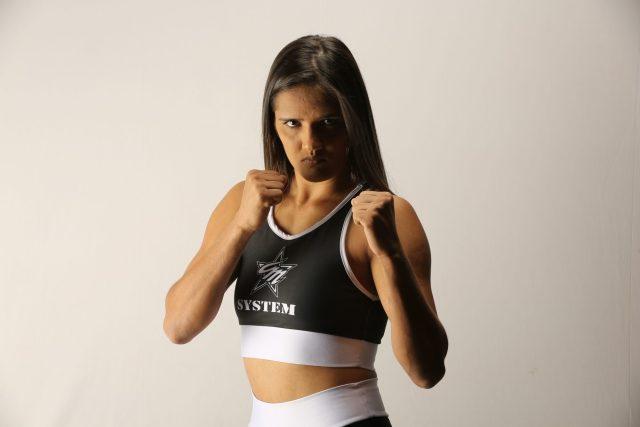 Luchadora de artes marciales mixtas somete a delincuente. Foto: FightBook MMA