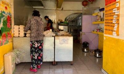 Capitalinos regalan comida china a sus vecinos