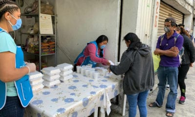 Regalan comida a familiares de pacientes hospitalizados
