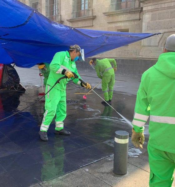 """Retiran baños improvisados para """"plantones"""" en el Zócalo"""