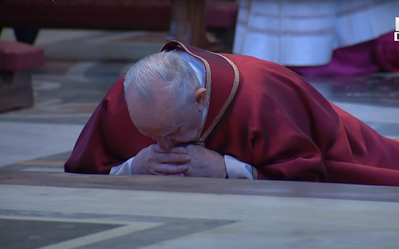 Francisco reza postrado en la Celebración de la Pasión de Cristo