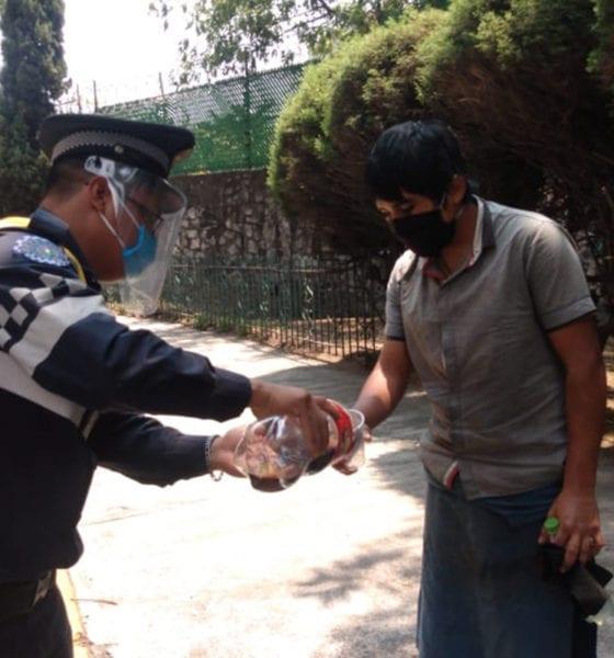 Policías de tránsito reparten comida a trabajadores de la calle