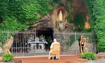 El papa Francisco pone en manos de la Virgen a la humanidad