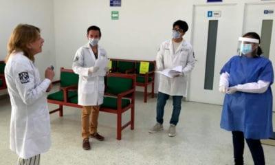 Elaboran estudiantes de la UNAM gel antiséptico y lo regalan a la Cruz Roja