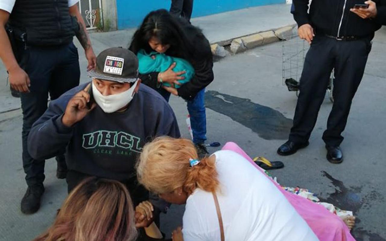 Mujer da a luz en calles de Neza; policías la auxilian