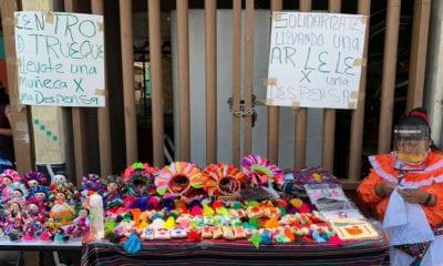 Artesanos otomíes cambian muñecas Lele por despensas de comida